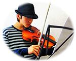 ヴァイオリンを弾く青年