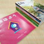 奥に積んであるのはB5サイズの冊子で、手前の冊子が正方形の変形サイズ。冊子の形を変えることで、内容をより活かせるので、イラストや写真を多用する絵本や写真集などにおすすめです!
